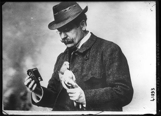Julius Neubronner com sua pomba e câmera, em 1914